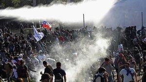 Enfrentamientos entre manifestantes y policías en Santiago de Chile.