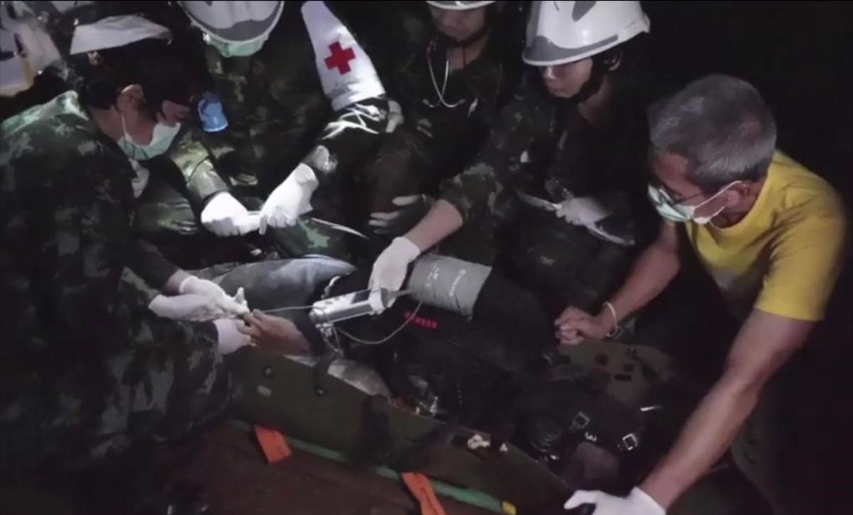 El equipo de rescate traslada a uno de los niños atrapados en la cueva de Tailandia, el pasado 11 de julio.