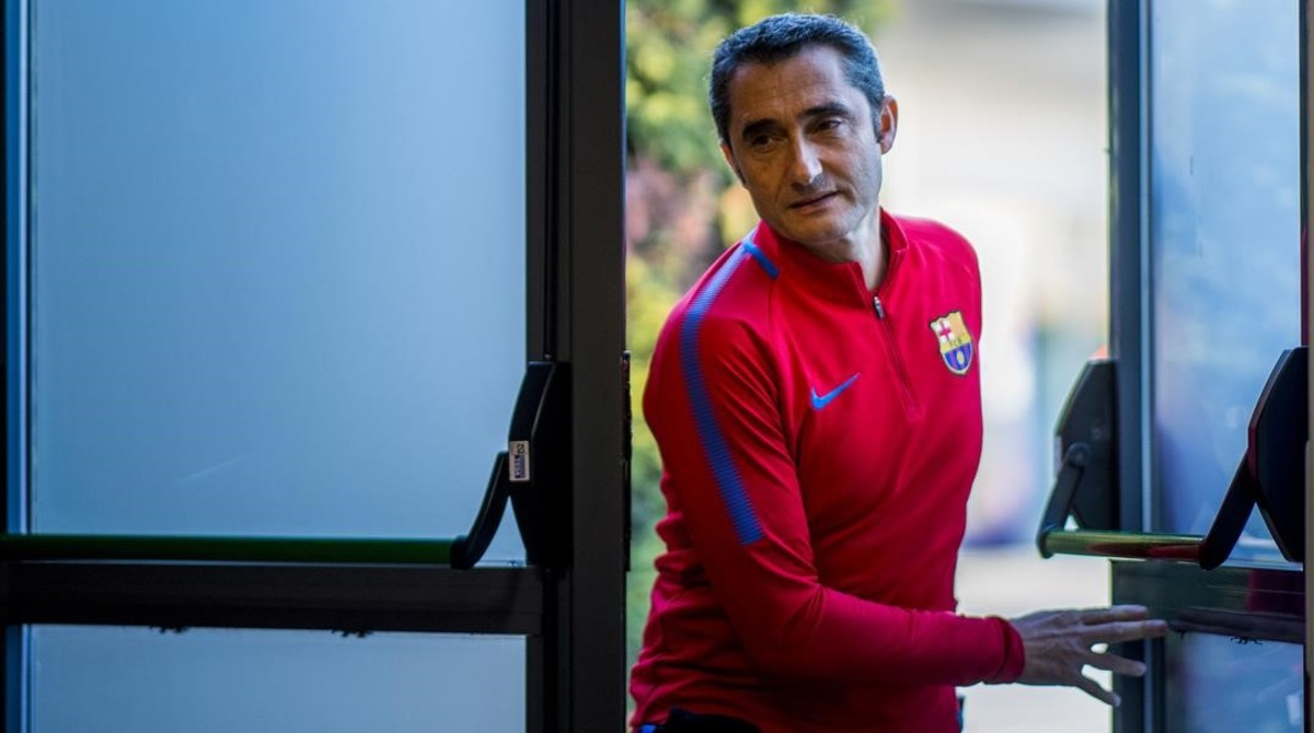 Ernesto Valverde entrando en la sala de prensa