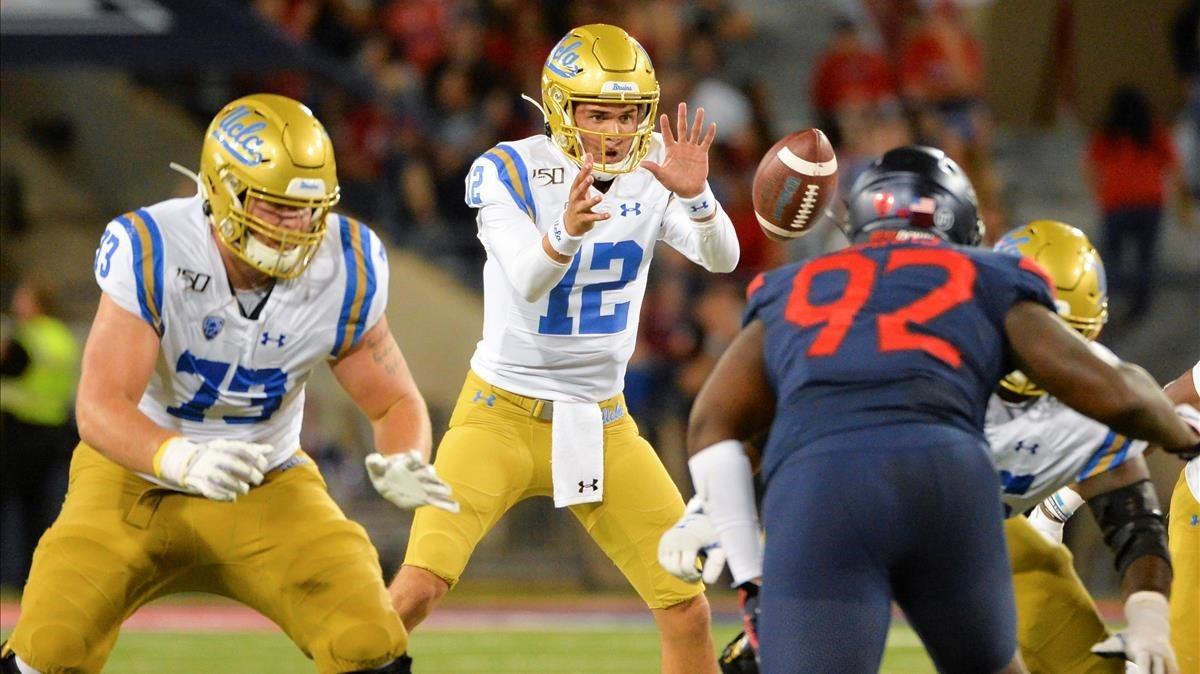 Escena de un partido de fútbol americano de la NCAA de la universidad de UCLA.