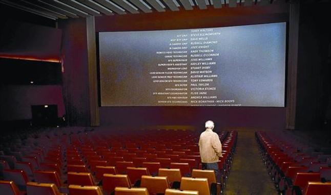 Un espectador mira los títulos de crédito en la última jornada del cine Urgell, en mayo del 2013.