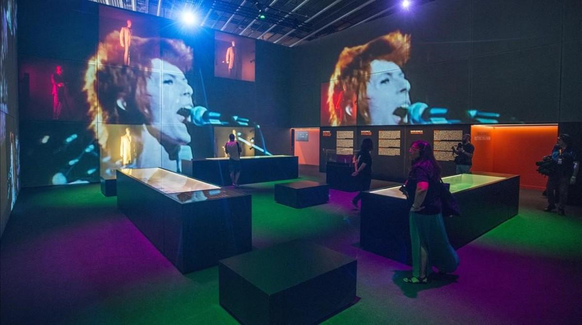 Uno de los espacios de la exposición Bowie is en el Museu del Disseny.