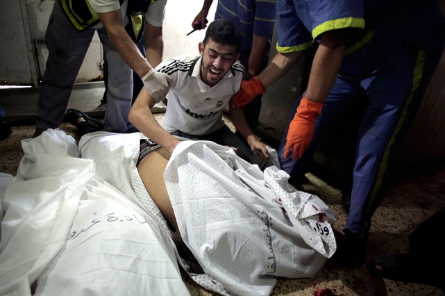 Un familiar de una víctima mortal, en la morgue de Shayahía, este domingo.