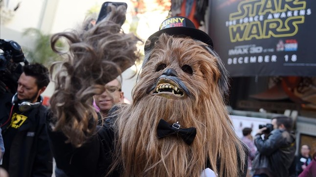 Un fan disfrazado de Chewbacca, a la puerta del TCL Chinese Theatre de Hollywood.