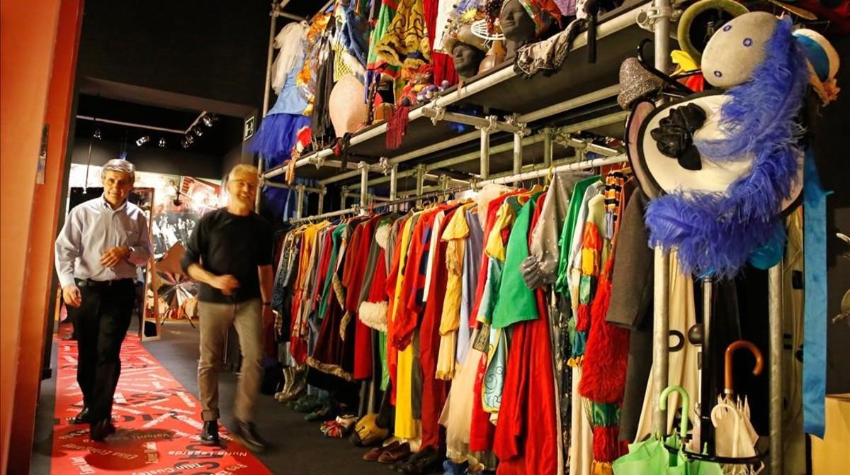 La exposición reproduce los camerinos de Comediants y muestra su colorido e imaginativo vestuario y sus emblemáticasmáscaras.