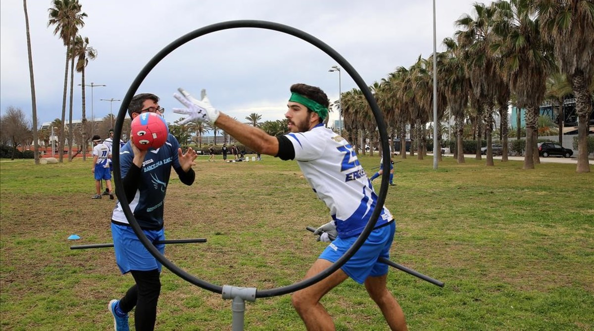 Los Eagles Barcelona entrenan los domingos en el parque de la Pau, al lado del Port del Forum de Sant Adrià de Besòs.