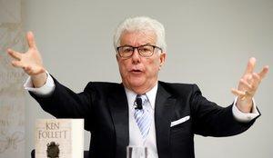 f10. FRÁNCFORT (ALEMANIA), 11/10/2017.- El escritor británico Ken Follett durante la presentación de su libro Una columna de fuego en la Feria del Libro de Fráncfort, en el recinto ferial Messe Frankfurt de Fráncfort, Alemania, hoy, 11 de octubre de 2017. La feria se celebra del 11 al 15 de octubre y Francia es el país invitado en esta edición. EFE/RONALD WITTEK