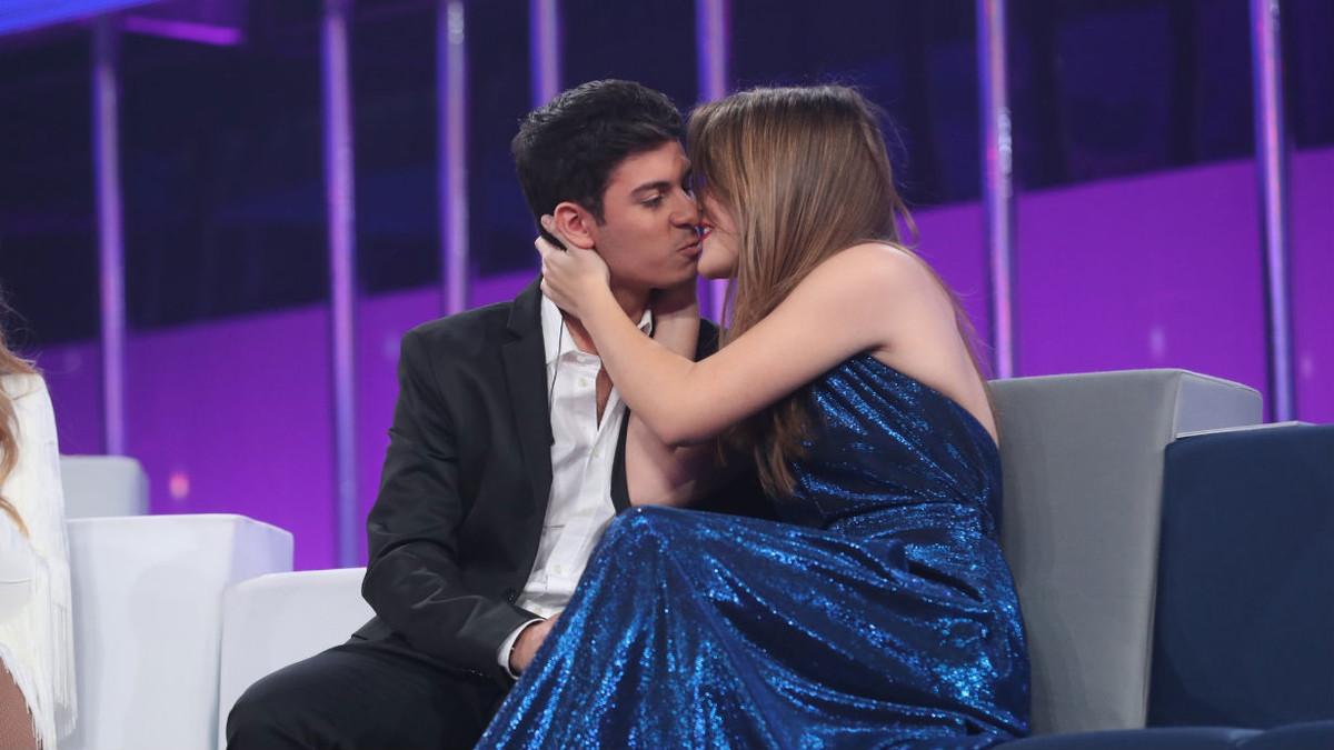 Alfred besa a Amaia, segundos después de la declaración de amor de él.
