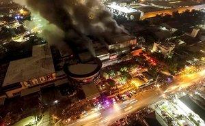 Fotografía tomada desde un dron de un centro comercial en llamas a causa del terremoto de magnitud 6.4 que sacudió a la ciudad General Santos, en Filipinas,