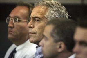 Imputats dos guàrdies que havien de vigilar la cel·la on es va suïcidar Epstein