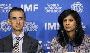 Gita Gopinath (derecha), economista jefa del FMI, presentó el informe de Perspectivas Económicas Globales.