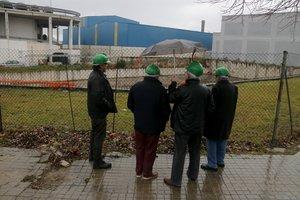 El promotor del macroprostíbulo de Mataró, Josep M. Colomer, con algunos de los técnicos responsables del proyecto, ante el solar del polígono Les Hortes donde quiere levantar el burdel.