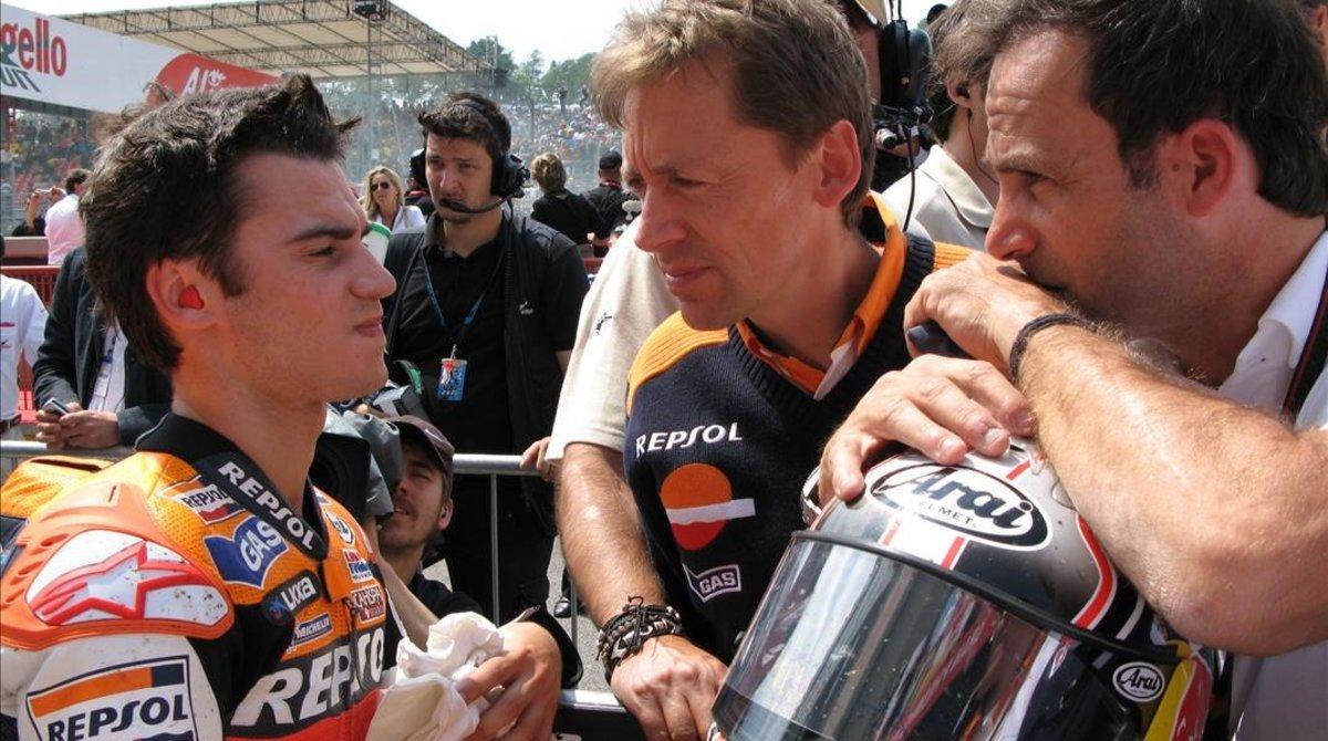 Foto histórica (2007): Dani Pedrosa, junto al técnico Mike Leitner, con quien se reencontrará ahora en KLM, y su descubridor Alberto Puig.