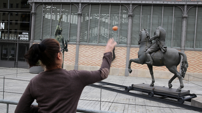 Un hombre y una mujer tiran los huevos a Franco, y se suceden los incidentes.