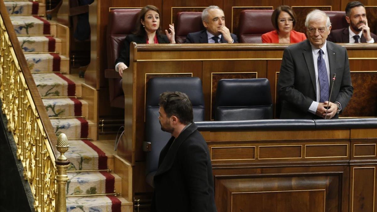 Gabriel Rufián pasa por delante de Josep Borrell tras ser expulsado del hemiciclo del Congreso.