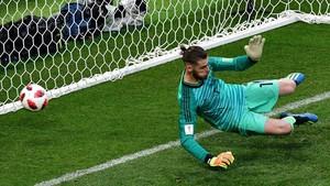 De Gea no logra parar el penalti que lanzó Cheryshev por el centro de la portería española.