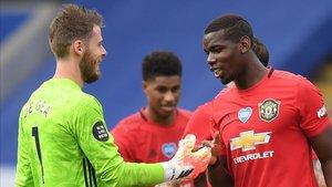 De Gea y Pogba se saludan tras derrotar al Leicester.