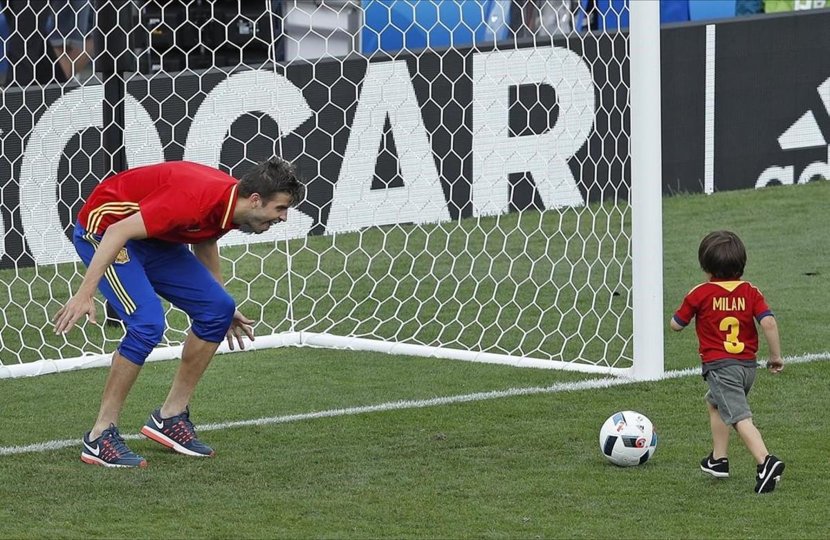 Gerard Piqué juega con su hijo Milan después delpartido de la Eurocopa contra la República Checa.