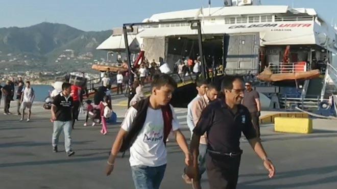 Grecia traslada a mas de mil refugiados para descongestionar campamento en Lesbos.