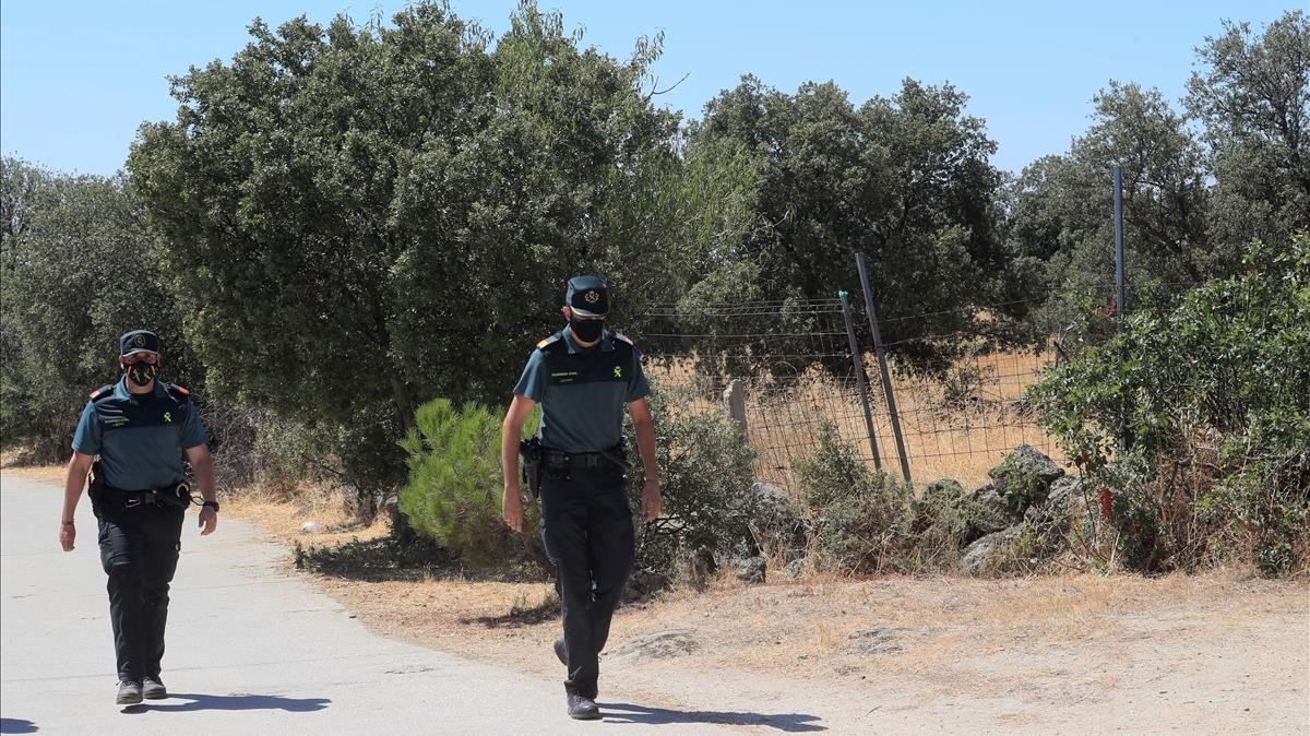 Guardias civiles en el lugar donde fue hallado el cadáver, en Chapinería (Madrid).