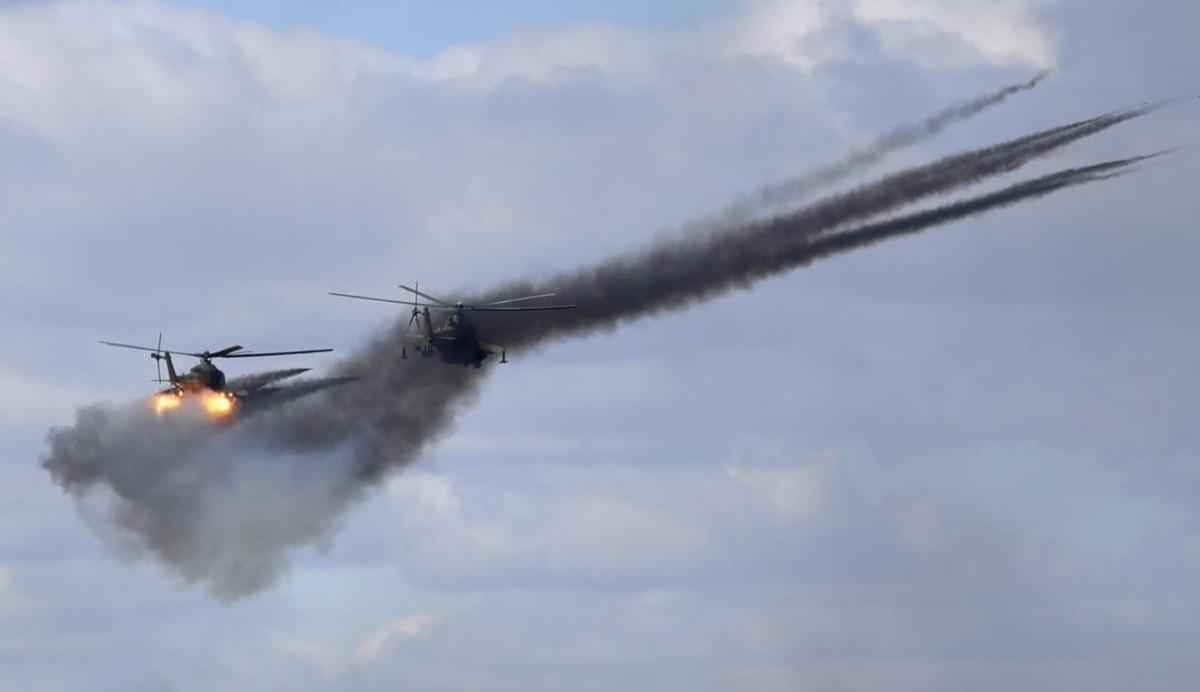 Helicópteros rusos disparan proyectiles durante la exhibición en Siberia oriental.