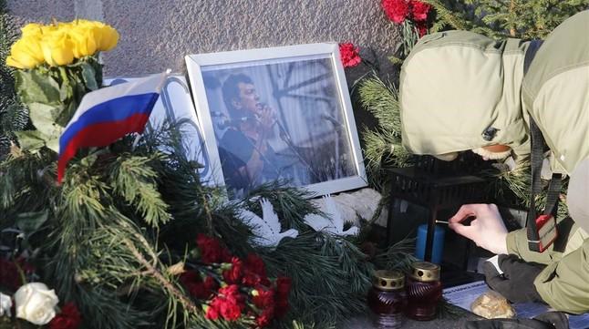 Un hombre enciende una vela en el lugar donde cayó abatido Nemtsov, en una imagen de archivo, el pasado 29 de diciembre.