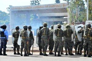 La Polícia Militar de Honduras entra a un recinto universitario para frenar protestas.