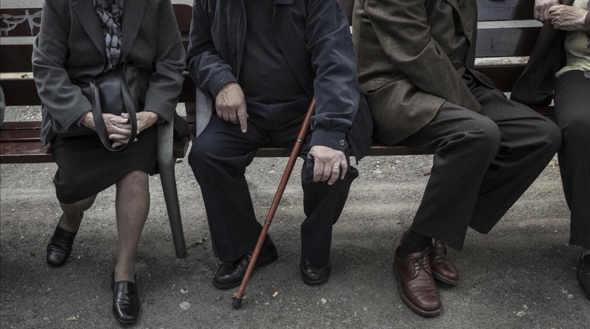 Un grupo de jubilados en un parque.