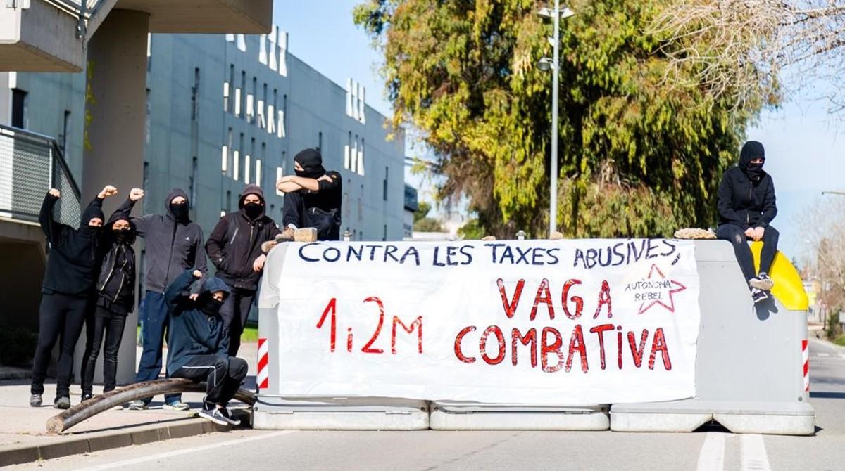 Un grupo de estudiantes de la UAB exhibe una pancartaa favor de la bajada de tasas, este miércoles.