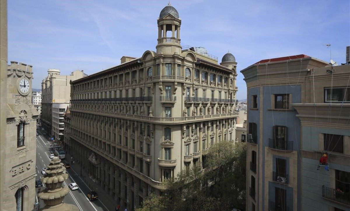 El majestuoso edificio de Via Laietana 8 y 10, vista desde la esquina de Correos.