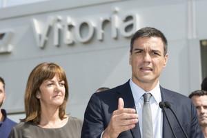 Idoia Mendia, secretaria general de los socialistas vascos, escucha a Pedro Sánchez, secretario general del PSOE, el 16 de julio pasado, en su visita de dos días a Euskadi.