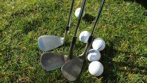 Polémica por un torneo sexista que ofrece un día de golf con mujeres desnudas
