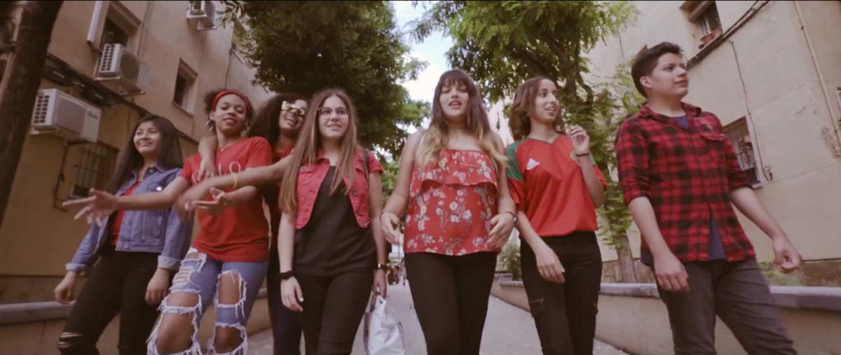 Imagen de los chicos y chicas participantes del videoclip de La Florida Enseña