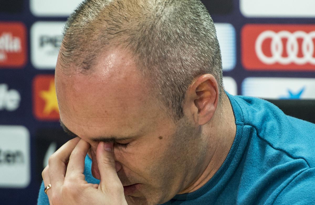 Iniesta llora durante su despedida.