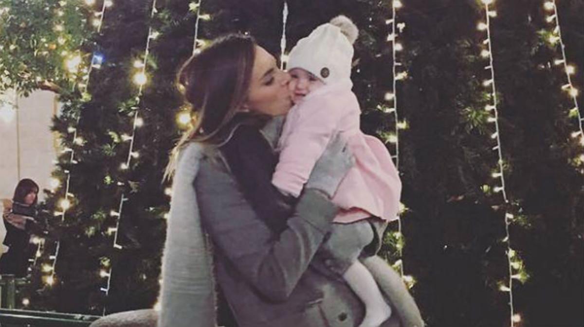 Irene Rosales besa a su pequeña Ana.