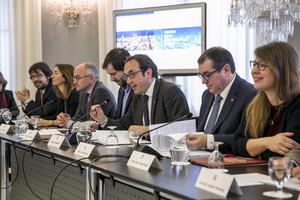 De izquierda a derecha, los consellers Toni Comin, Josep Rull yJordi Jané, la teniente de alcale de Ecología, Urbanismo y Movilidad del Ayuntamiento de Barcelona, Janet Sanz.