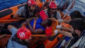 La única superviviente hallada en el barco medio hundido en aguas de Libia, este martes.