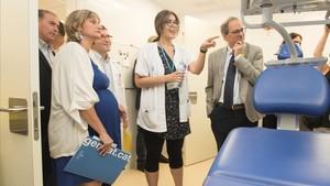 El president Torra y la consellera Vergés en la visita al nuevo CAP de La Mina, en Sant Adrià.
