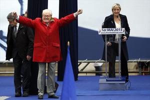 Jean-Marie Le Pen gesticula junto a su hija y presidenta del FN, Marine, en un acto del partido en París.