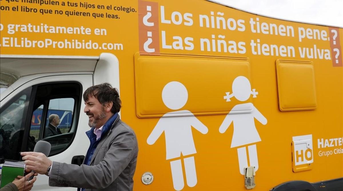 El bus tránsfobo puede seguir circulando tras ser parado por la policía municipal de Madrid
