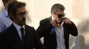 Jorge Messi (dreta) arriba als jutjats de Gavà amb el seu advocat, Cristóbal Martell.