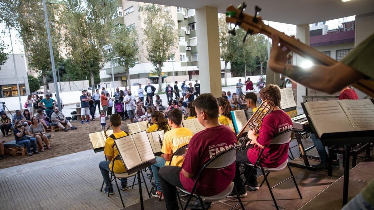 Actuación de la Big Band Rhythm Town de la escuela municipal de música de L'Hospitalet.