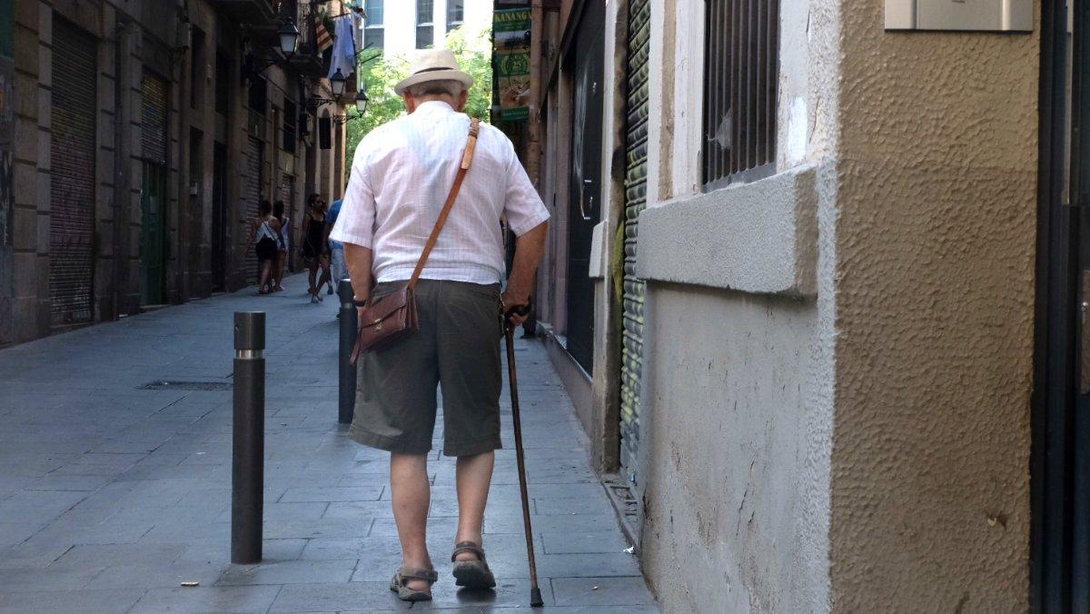 Imagen de archivo de un pensionista caminando por una calle de Barcelona.