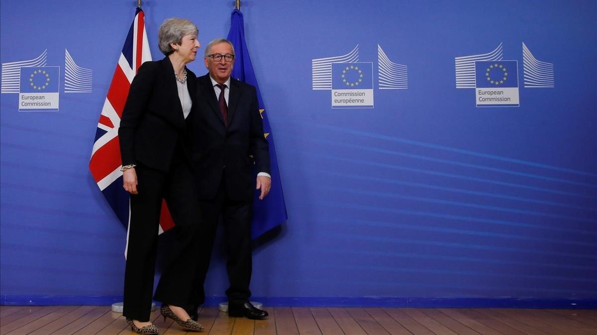 El presidente de la Comision Europea, Jean-Claude Juncker, junto a laprimera ministra del Reino Unido, Theresa May, este miércoles enBruselas.