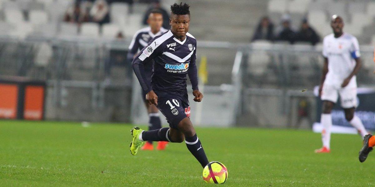 Samuel Kalu controla el balón.
