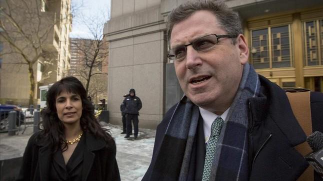 Kent Yalowitz (derecha) y Nitsana Darshan-Leitner, abogados de las familias demandantes, este lunes en Nueva York.