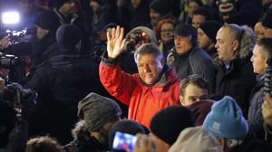 Klaus Iohannis (centro) saluda a los manifestantes en una concentración contra el Gobierno, en Bucarest, el 22 de enero.