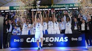 Las jugadoras de Perfumerías celebran el título de Copa de la Reina.