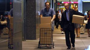 Dos empleados de Lehman Brothers tras recoger sus efectos personales dada la quiebra de la entidad bancaria.