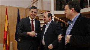El líder socialista, Pedro Sánchez, junto a los peneuvistas Andoni Ortuzar y Aitor Esteban en su intento de investidura tras las pasadas generales